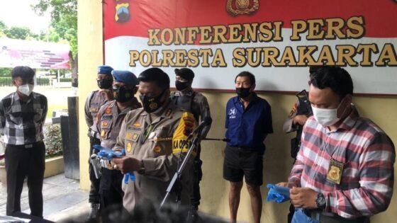 Kapolresta Solo Kombes Pol Ade Safri Simanjuntak menunjukkan barang bukti dan tersangka kasus penembakan mobil bos Duniatex Group di Mapolresta Solo, Jumat (4/12/2020). (Solopos/Ichsan Kholif Rahman)