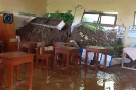 Ruang kelas SDN 6 Bero, Desa Bero, Kecamatan Manyaran, Kabupaten Wonogiri, jebol akibat terkena longsor, Jumat (4/12/2020). (Istimewa-BPBD Wonogiri).