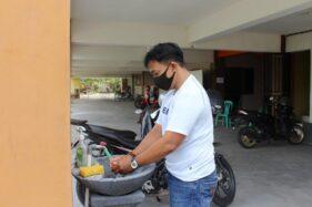 Pengunjung mencuci tangan di basement Gedung Kantor Kecamatan Sragen Kota, Sragen, Sabtu (5/12/2020). (Solopos-Tri Rahayu)