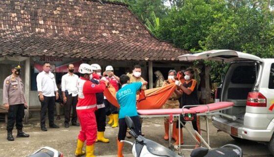 Petugas mengevakuasi jenazah Mbah Giyem, 72, warga Desa Pilangpayung, Kecamatan Toroh, Kabupaten Grobogan, Senin (4/1/2021). (Solopos.com/Polres Grobogan)