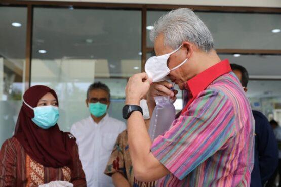 Gubernur Jawa Tengah, Ganjar Pranowo, meniupkan napas ke kantung plastik yang akan diuji dengan alat GeNose Covid-19 di Jogja, Selasa (5/1/2021). (Istimewa-Humas Pemprov Jateng)