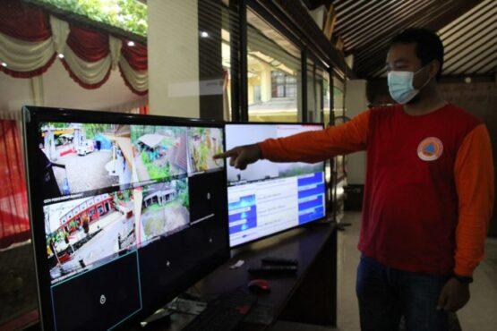 Petugas BPBD Klaten memantau perkembangan aktivitas pengungsian dan Gunung Merapi dari CCTV yang terhubung monitor Posko Induk Pemantauan Merapi berlokasi di Pendopo Pemkab Klaten, Rabu (6/1/2021). (Solopos/Taufiq Sidik Prakoso)