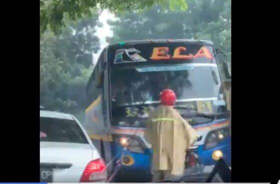 Foto tangkapan layar insiden pengadangan bus Rela di Kalijambe, Sragen, pada Kamis (7/1/2021). (Istimewa)