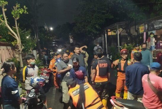 Warga tengah mengevakuasi jenazah bocah 7 tahun yang meninggal dunia setelah hanyut di saluaran air di permukiman warga di Kota Semarang, Jawa Tengah (Jateng), Jumat (8/1/2021) petang. (Semarangpos.com-Basarnas SAR Semarang)