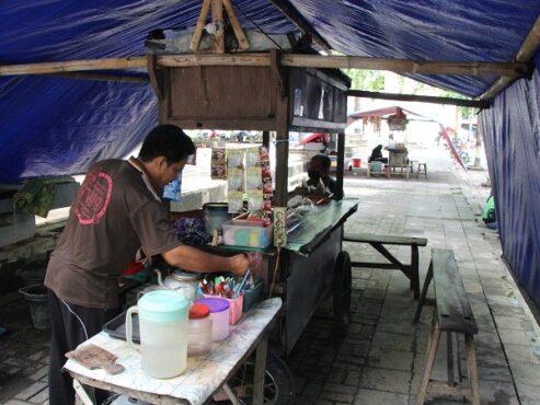 Pedagang angkringan di kawasan Alun-alun Klaten membuka warung mereka lebih awal ketimbang biasanya menyusul ada pemberlakuan pembatasan kegiatan masyarakat (PPKM) mulai Senin (11/1/2021) hingga Senin (25/1/2021). (Taufiq Sidik Prakoso/Solopos)