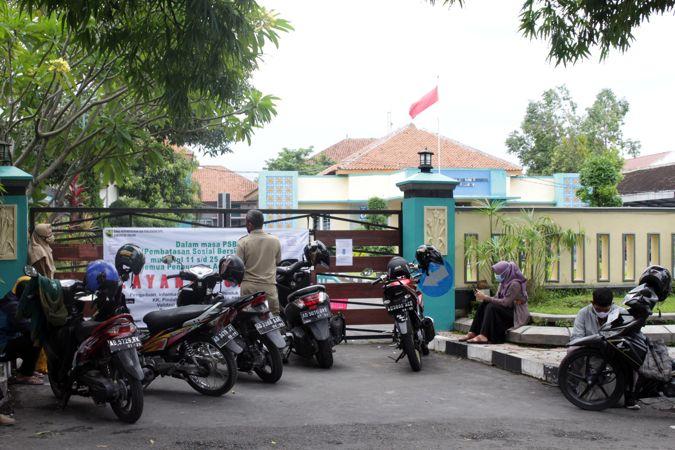 Hari Pertama PPKM, Warga Berdatangan Ke Depan Kantor Dispendukcapil Sragen