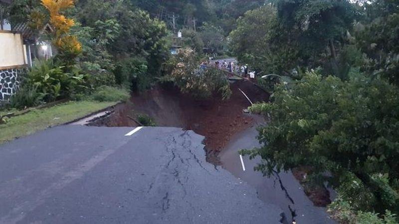Gara-Gara Hujan, Jalan Utama Di Wonosobo ini Ambles Parah