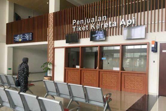 Konter penjualan tiket KA Bandara Internasional Adi Soemarmo (BIAS) di Stasiun KA Bandara, Selasa (12/1/2021). (Solopos.com/Farida Trisnaningtyas)