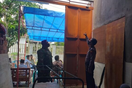 Polisi menunjukan atap di mana Slamet Riyadi, warga Desa Jatipecaron, Kecamatan Gubug, Grobogan terjatuh akibat tersetrum listrik, Selasa (12/1/2021). (Solopos.com/Polsek Gubug)
