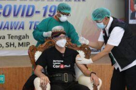 Disuntik Vaksin Covid-19, Ekspresi Gubernur Ganjar Datar Lalu Bilang Ini
