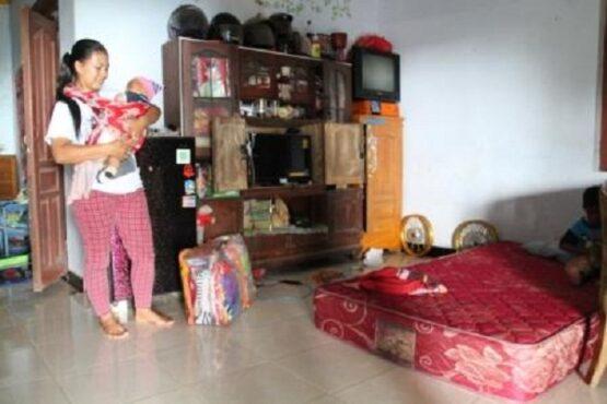 Seorang warga Dukuh Mbangan, Desa Sidorejo, Kecamatan Kemalang, Kabupaten Klaten, Jawa Tengah menunjukkan perlengkapan yang dia siapkan dalam satu tas jika sewaktu-waktu harus mengungsi, Minggu (10/1/2021). (Solopos.com-Taufiq Sidik Prakoso)