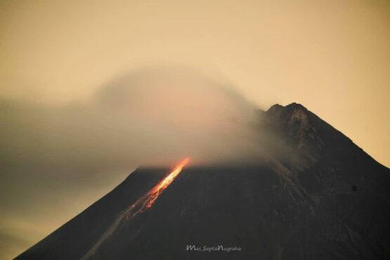 Guguran Lava Pijar Gunung Merapi tanggal 15 Januari 2021 jam 23.41 WIB difoto dari jarak 17 km dari Puncak Merapi. (Instagram/@merapiupdate)