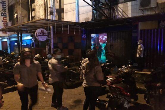 Tim Satpol PP Kota Semarang saat menggelar operasi yustisi penegakkan aturan PPKM pada sebuah kafe di kawasan Pedurungan, Jumat (16/1/2021) tengah malam. (Istimewa-Satpol PP Kota Semarang)