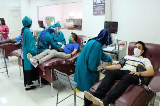 Para pekerja Pertamina Regional Jawa Bagian Tengah (JBT) tengah diambil plasma darah untuk terapi convalescent pasien Covid-19 di Kantor PMI Kota Semarang, Sabtu (16/1/2021). (Istimewa-Pertamina JBT)