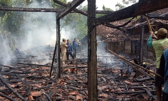 Kondisi rumah yang terbakar di Dusun Sugihan, Desa Tuko, Kecamatan Pulokulon, Sabtu (16/1/2021). (Istimewa)