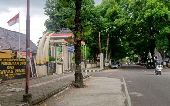 Seorang warga melintas di Jl Dr Setya Budi, depan Kantor DPUPR Sragen, Minggu (17/1/2021). (Solopos/Tri Rahayu)
