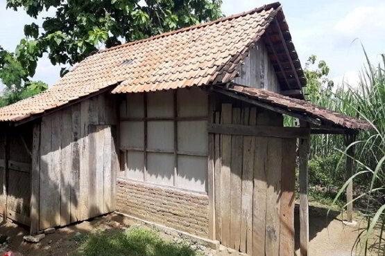 Rumah sekarang yang ditinggali Mbah Dasir dan anaknya di Dukuh/Desa/Kecamatan Jenar, Sragen, belum lama ini. (Istimewa/TKSK Jenar)