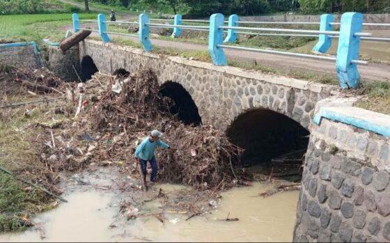 Sampah menumpuk di bawah Jembatan Kedungwaduk, Kecamatan Karangmalang, Sragen, Senin (18/1/2021). Akses jembatan itu ditutup semalaman akibat dilanda banjir sejak Minggu (17/1/2021) sore. (Solopos.com/Moh. Khodiq Duhri)