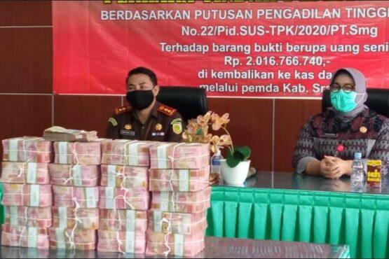 Kerugian negara senilai Rp2,016 miliar diserahkan Kejari Sragen kepada Pemkab Sragen di Kantor Kejari Sragen, Selasa (19/1/2021). (Solopos.com/Moh. Khodiq Duhri)