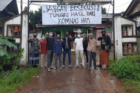 Warga di sekitar pangkalan truk Banyuputih Batang menolak rencana eksekusi terkait alih fungsi lahan, Selasa (19/1/2021). (Semarangpos.com-Kemas)