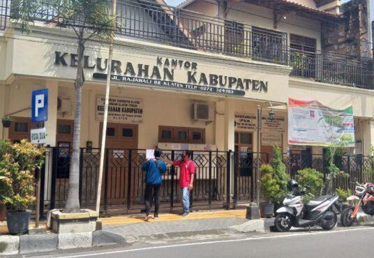 Kantor Kelurahan Kabupaten, Klaten Tengah, Klaten, ditutup pada Rabu (20/1/2021). Penutupan itu dilakukan menyusul dua pegawai kelurahan terpapar virus Corona. (Solopos.com/Ponco Suseno)