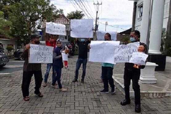 Keluarga korban kasus pembunuhan sadis di Baki, Sukoharjo menggelar aksi di Kejaksaan Negeri (Kejari) setempat pada Kamis (14/1/2021). (Solopos.com/Indah Septiyaning Wardani)