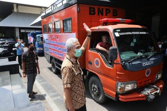 Gubernur Jateng, Ganjar Pranowo, saat melepas bantuan dan sukarelawan untuk korban bencana gempa Sulawesi Barat di kantornya, Rabu (20/1/2021). (Semarangpos.com-Humas Pemprov Jateng)