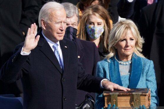 Joe Biden (kiri) dilantik sebagai Presiden ke-46 Amerika Serikat di Front Barat Capitol AS di Washington, AS, Rabu (20/1/2021). (Antara-Reuters-Kevin Lamarque)