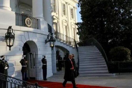 Presiden AS Donald Trump dan Ibu Negara Melania Trump meninggalkan Gedung Putih menjelang pelantikan Joe Biden sebagai Presiden ke-46 Amerika Serikat, di Washington, AS, 20 Januari 2021. (Antara-Reuters)