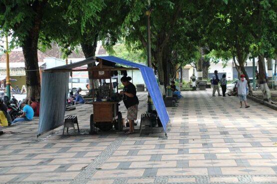 Salah satu warung angkringan buka di kawasan Alun-alun Klaten, Kamis (21/1/2021). Pedagang di kawasan alun-alun berharap masih ada pelonggaran jam operasional usaha ketika PPKM kembali diperpanjang. (Solopos/Taufiq Sidik Prakoso)
