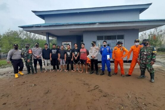 6 ABK tugboat Logindo yang sempat dikabarkan hilang di perairan Pemalang, Jawa Tengah (Jateng) ditemukan dalam kondisi selamat oleh tim SAR gabungan, Rabu (20/1/2021). (Semarangpos.com-Basarnas Kantor SAR Semarang)