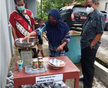 Dinas Sosial Karanganyar menyalurkan Bantuan Pangan Non Tunai (BPNT) di Karanganyar belum lama ini. Sebanyak 7.570 keluarga penerima manfaat (KPM) dicoret saat penyaluran BPNT 2021. (Istimewa/ Dinsos Karanganyar)