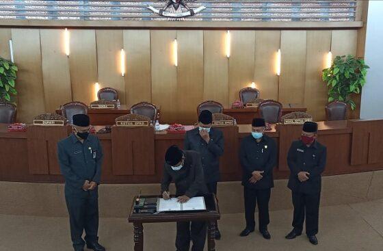 Pimpinan DPRD Boyolali melakukan penandatangan berita acara terkait Pilkada 2020, di ruang rapat paripurna DPRD, Jumat (22/1/2021). (Solopos.com/Bayu Jatmiko Adi)