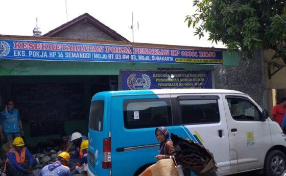 Petugas PLN mengumpulkan meteran yang telah dibongkar di RT 003/RW 003, Kelurahan Mojo, Kecamatan Pasar Kliwon, Solo, Jumat (22/1/2021). (Istimewa-Sarjoko)