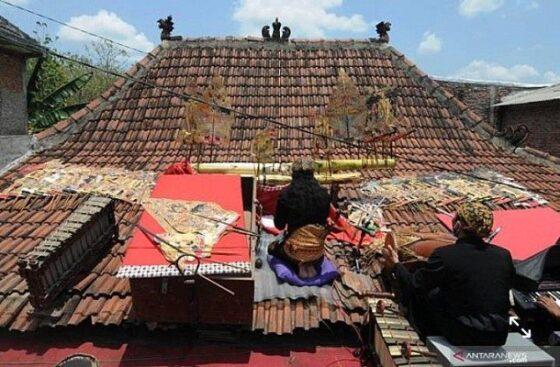 Dalang asal Boyolali Ki Gondho Wartoyo melakukan protes atas penanganan Covid-19 dengan menggelar pentas wayang singkat di genteng rumahnya. (Solopos.com-Dok Wartoyo)