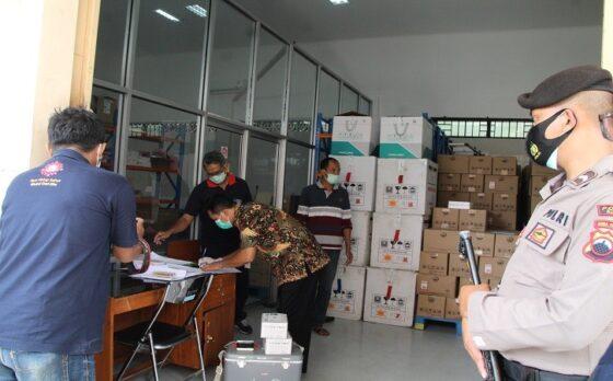Kepala Dinas Kesehatan Klaten, Cahyono Widodo, menyerahkan vaksin Covid-19 ke petugas RSD Bagas Waras Klaten di gudang farmasi Dinkes Klaten, Minggu (24/1/2021). (Solopos/Taufiq Sidik Prakoso)