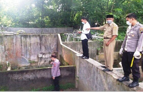 Polisi memeriksa sendang di Desa Sugihmanik, Kecamatan Tanggungharjo, Grobogan, yang menjadi lokasi tewasnya bocah berusia 12 tahun. (Solopos.com/Polres Grobogan)