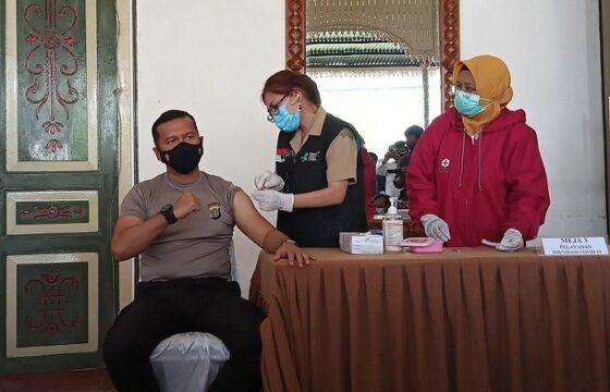 Kapolres Boyolali, AKBP Morry Ermond, mengikuti kegiatan pencanangan vaksinasi tahap pertama di Kantor Dinas Kesehatan Kabupaten Boyolali, Senin (25/1/2021). (Solopos.com/Bayu Jatmiko Adi)