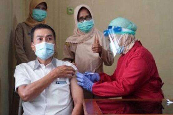 Vaksin Covid-19 diterima Wali Kota Salatiga Yuliyanto di Puskesmas Cebongan, Kota Salatiga, Senin (25/1/2021). (Semarangpos.com-Imam Yuda S.)