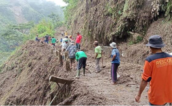 Warga membersihkan material longsor di jalur menuju Dukuh Gobumi, Desa Mriyan, Kecamatan Tamansari, Kabupaten Boyolali, Selasa (26/1). (Solopos.com/Bayu Jatmiko Adi)