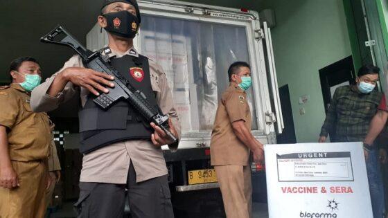 Petugas mengangkat ribuan dosis vaksin Sinovac di gedung farmasi Dinkes Kabupaten Madiun, Selasa (26/1/2021) sore. (Madiunpos.com-Abdul Jalil)