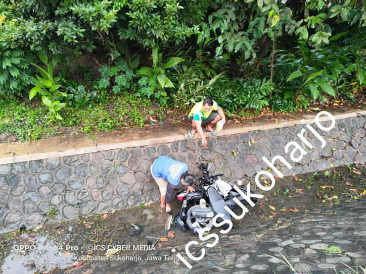 Adu Banteng Xenia VS Honda Beat Di Nguter Sukoharjo, Motor Masuk Parit