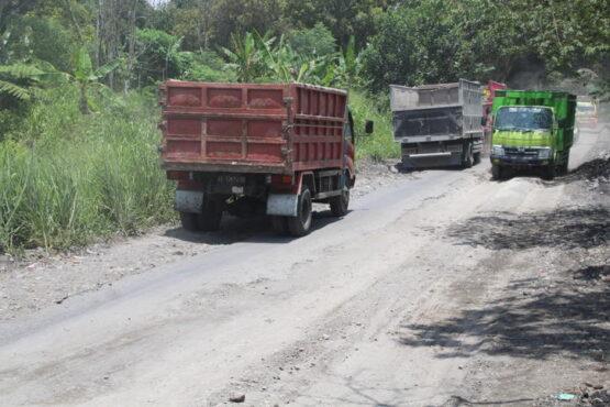 Kondisi ruas jalan di wilayah Desa Sidorejo, Kecamatan Kemalang rusak parah. Foto diambil Selasa (26/1/2021). (Solopos.com/Taufiq Sidik Prakoso)