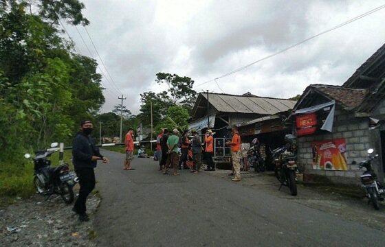 Sukarelawan dan Petugas BBPD Sleman berjaga di kawasan rawan erupsi Merapi. (Harian Jogja-Hafit Yudi Suprobo)