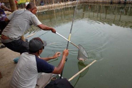 Warga memancing di kolam pemancingan di Jl. Kapten dr. Prakosa, tepatnya di utara RSUD Kota Solo, Solo, Kamis (21/1/2021) siang. (Solopos.com-Wahyu Prakoso)