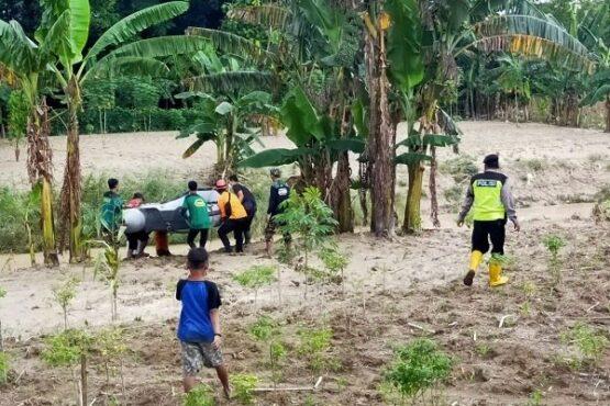 Tim Sar dan polisi bersiap menyusuri anak Sungai Serang mencari keberadaan Suharto, 80, warga Desa Sobo, Kecamatan Geyer, Grobogan yang dilaporkan hilang sejak Kamis (27/1/2021). (Solopos.com-Polsek Geyer)
