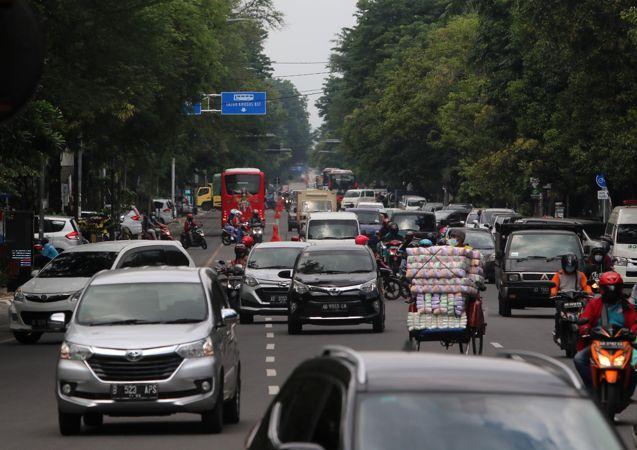 Kondisi arus lalu lintas terlihat ramai dan terkesan semrawut di Jl Slamet Riyadi, Solo, Selasa (29/12/2020). (Solopos/Nicolous Irawan)