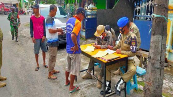 Warga dijatuhi sanksi denda Rp50.000 karena kedapatan tak pakai masker saat terjaring operasi yustisi di persimpangan kantor KPU Sukoharjo pada Selasa (12/1/2021). (Istimewa/Satpol PP Sukoharjo)