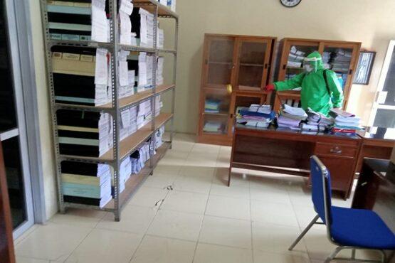 Seorang petugas menyemprot desinfektan di Kecamatan Jogonalan, Selasa (19/1/2021). Sesuai rencana, kantor kecamatan tersebut dibuka, Rabu (20/1/2021). (Istimewa/Dokumentasi Pemerintah Kecamatan Jogonalan)