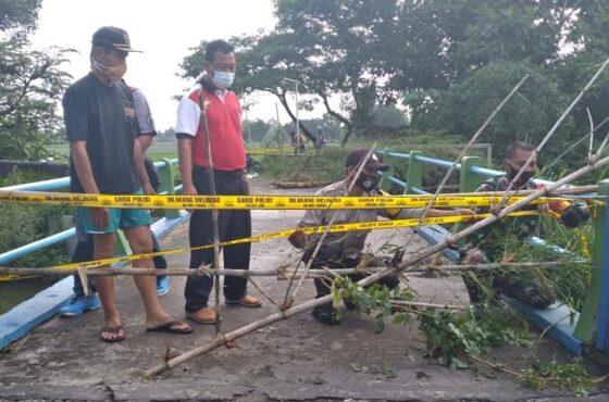 Jembatan Kali Kongklangan, Desa Cucukan, Kecamatan Prambanan, ditutup, Jumat (22/1/2021) pagi. Penutupan itu menyusul fondasi jembatan tersebut terancam ambles setelah tanahnya terkikis air. (Istimewa/Dokumentasi Kecamatan Prambanan)